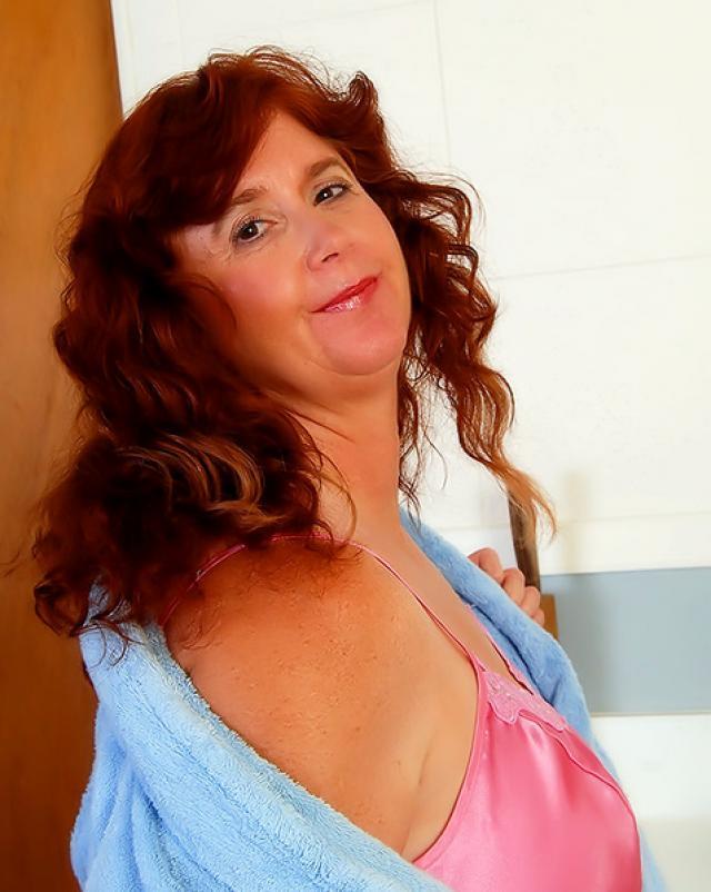 Толстушка с волосатой пиздой играет пальцами по клитору