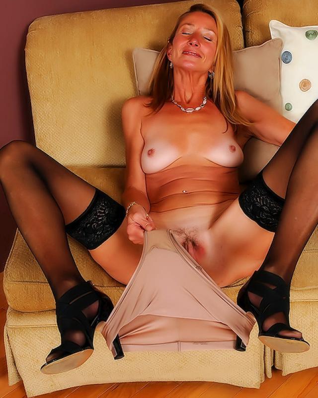 Порно фото красивой бабушки на диване в красивых позах