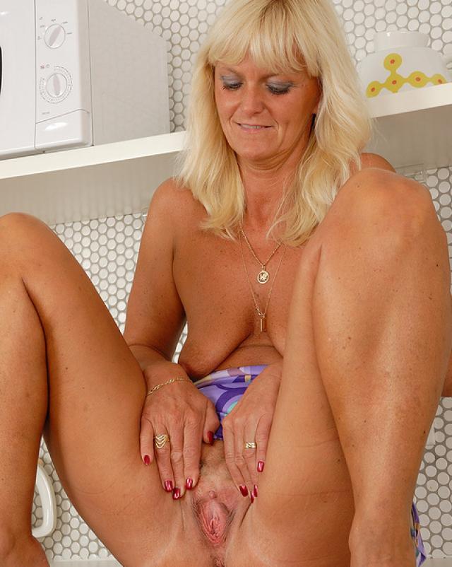 Старая домохозяйка показала волосатый лобок и все влагалище