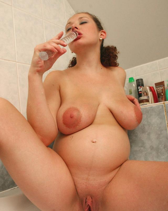 Беременная дамочка ласкает дойки и киску стеклянным фаллоимитатором