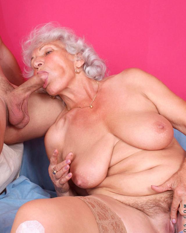 Очень старя женщина получила много спермы на свою пизду