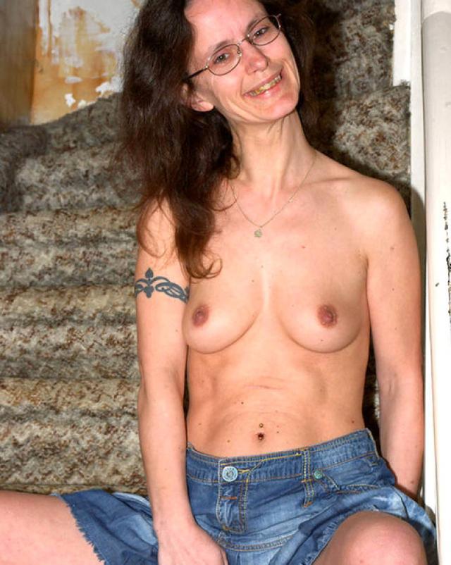 Порно фото худой бабушки, которая ласкает пальцами мокрую вагину
