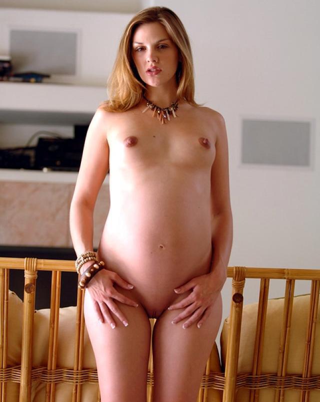 Беременная девушка сбросила штаны и трусики для сочных фото