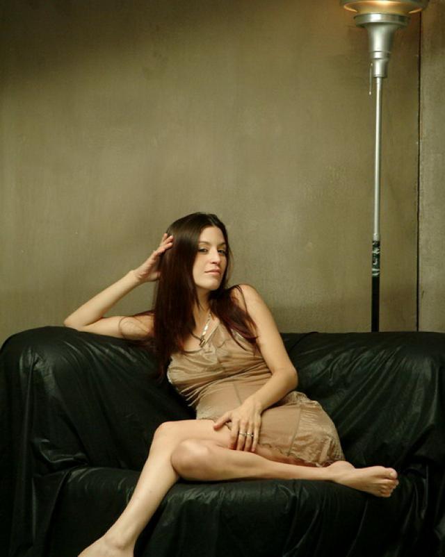Красивая девушка с беременностью сняла ночное белье