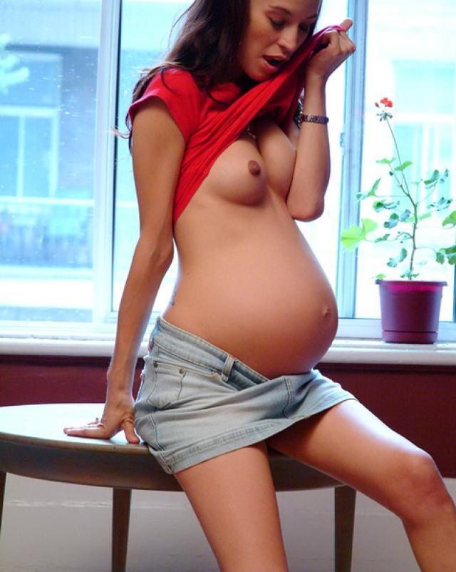 Молоденькая шлюха с беременностью показывает киску