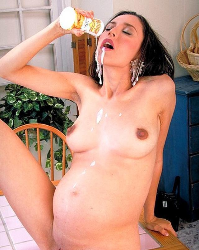 Беременная девушка с набухшими сиськами эротично ела банан