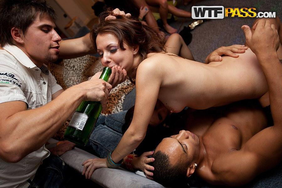 Свингеры трахаются в зад на грязной вечеринке