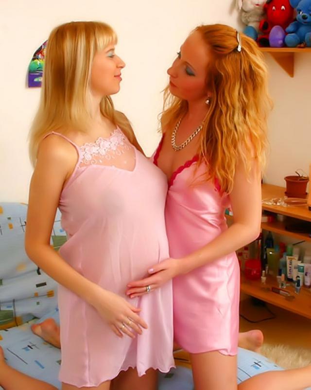 Девушка трахает беременную подругу самотыком