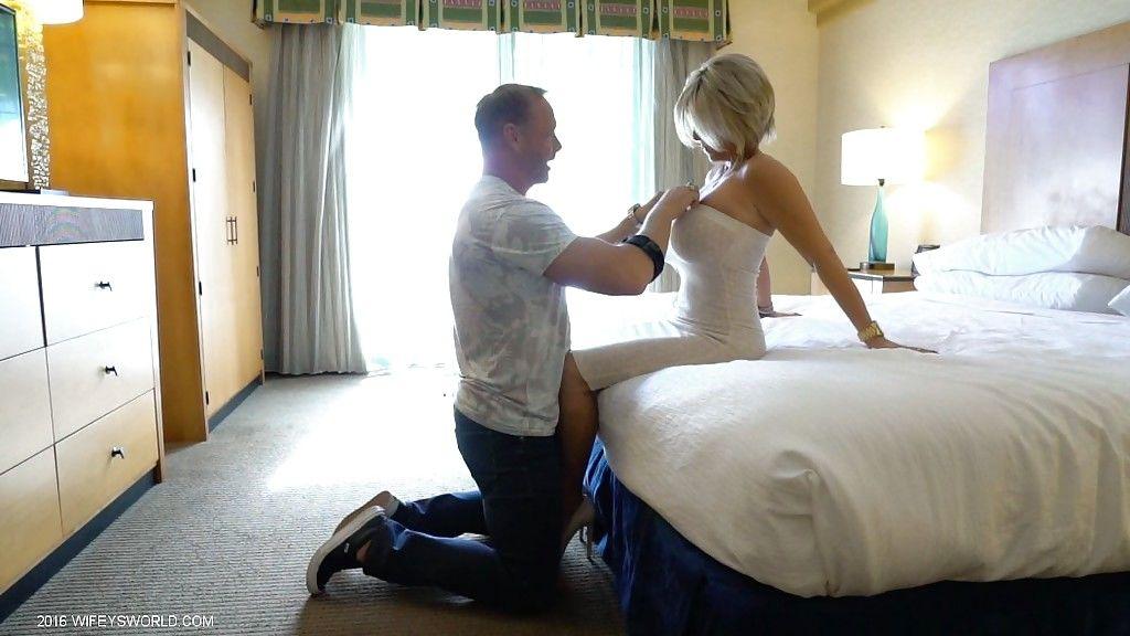 Сексуальная жена отдается мужу на камеру в пизду на кровати