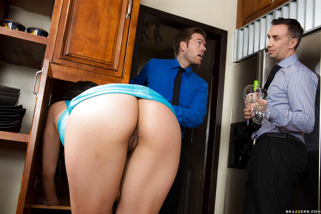 Латинская женушка отсосала член с заглотом спермы на кухне