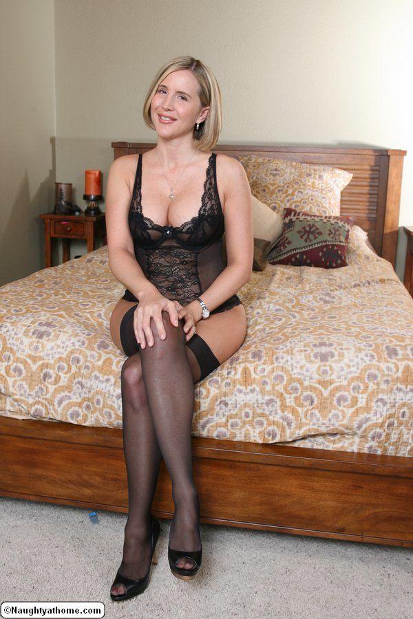 Жена с волосатой писей позирует в эротическом черном белье