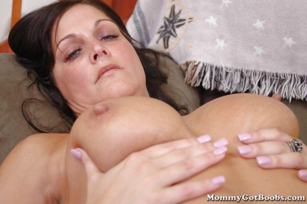 Жена с большими дойками в масле трахается в презервативе