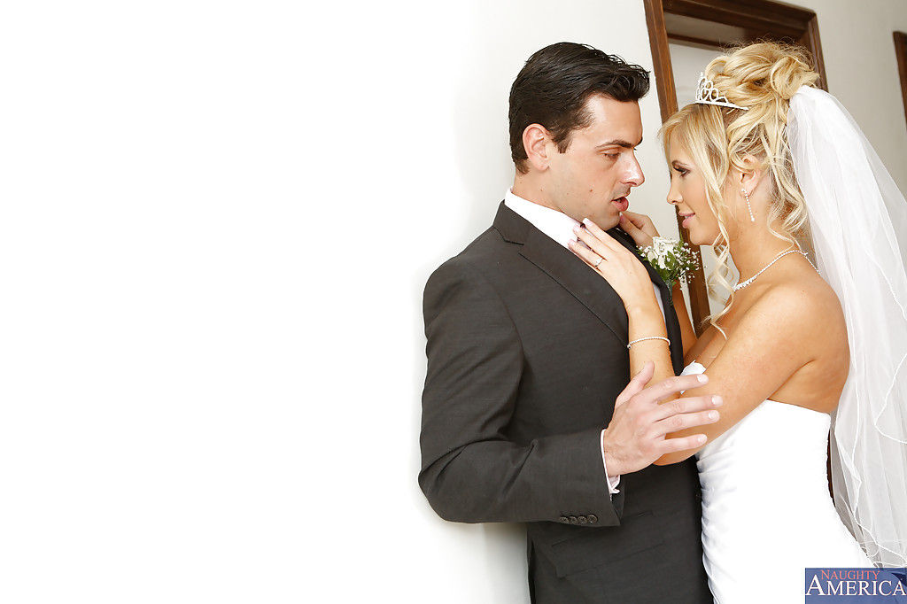 Молодожены сбежали с свадьбы для агрессивного секса