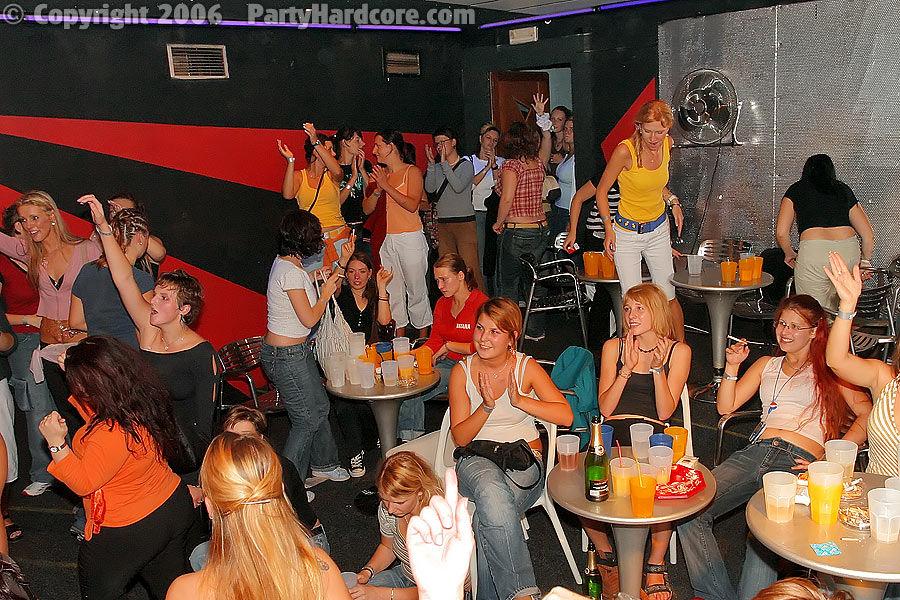 Рыжая потаскуха сосет большие члены на свингерской вечеринке