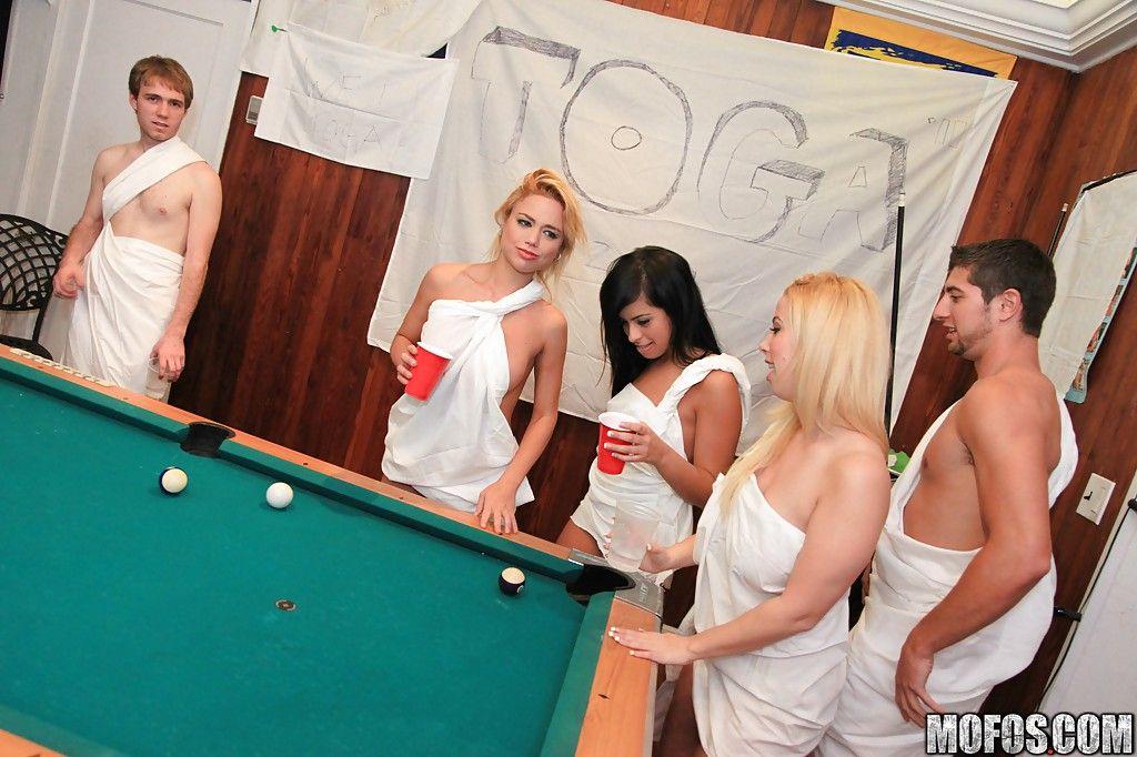 Молодые телки пробуют жесткий секс на свингерской вечеринке