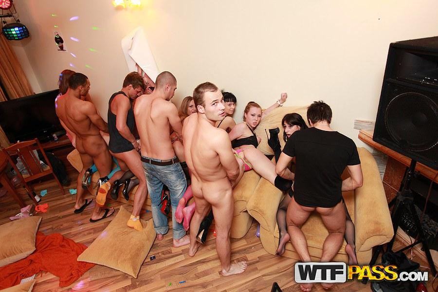 Пьяные барышни трахаются на свингерской вечеринке