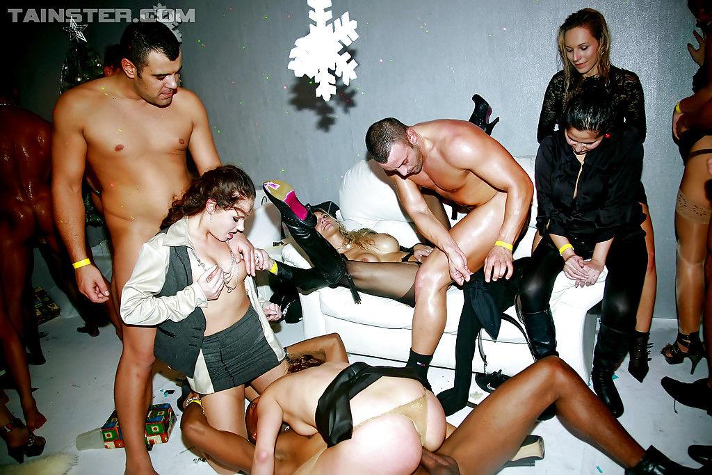 Развратные девушки делают минет на вечеринке в ночном клубе