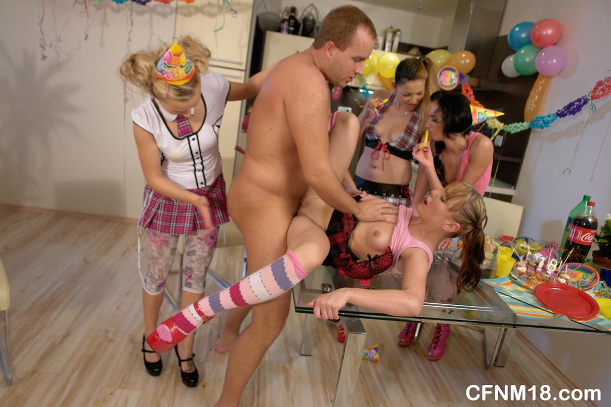 Молодые сучки дрочат член старого пердуна на вечеринке