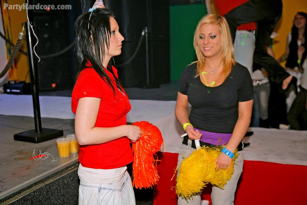 Молодые девушки позволили себе отсосать член на свингерской пати