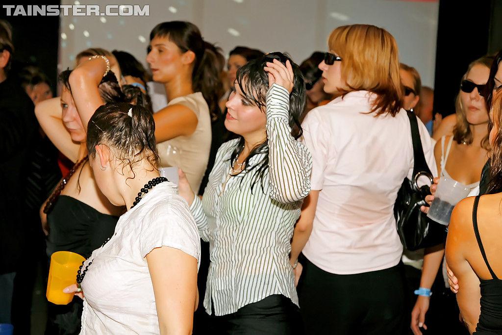 Молодые свингеры жарко ебутся под дождиком в клубе