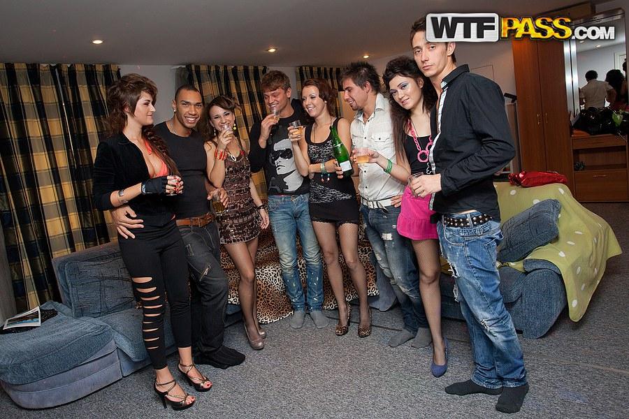 Пьяные барышни дают в пизду и анал на вечеринке