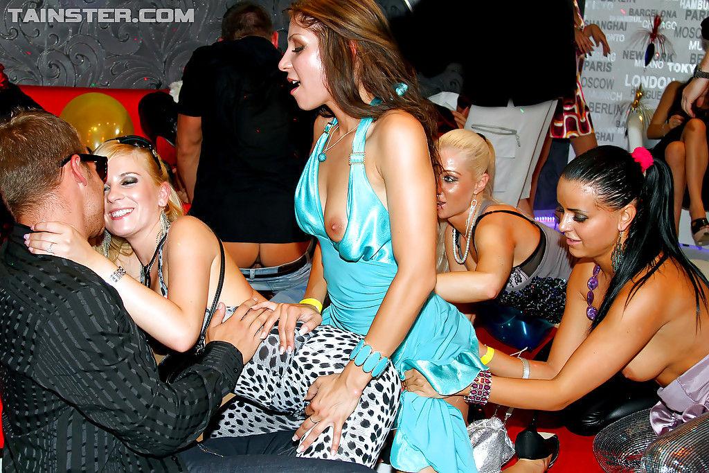 Аппетитные девушки забавляются на вечеринке в свингерском клубе