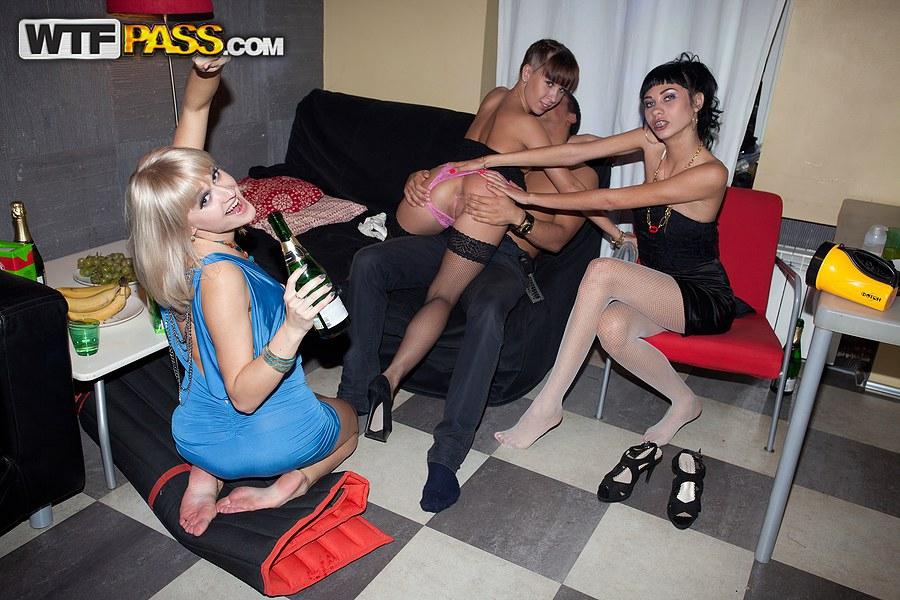 Свингерская молодежь зверски трахается в ночном клубе