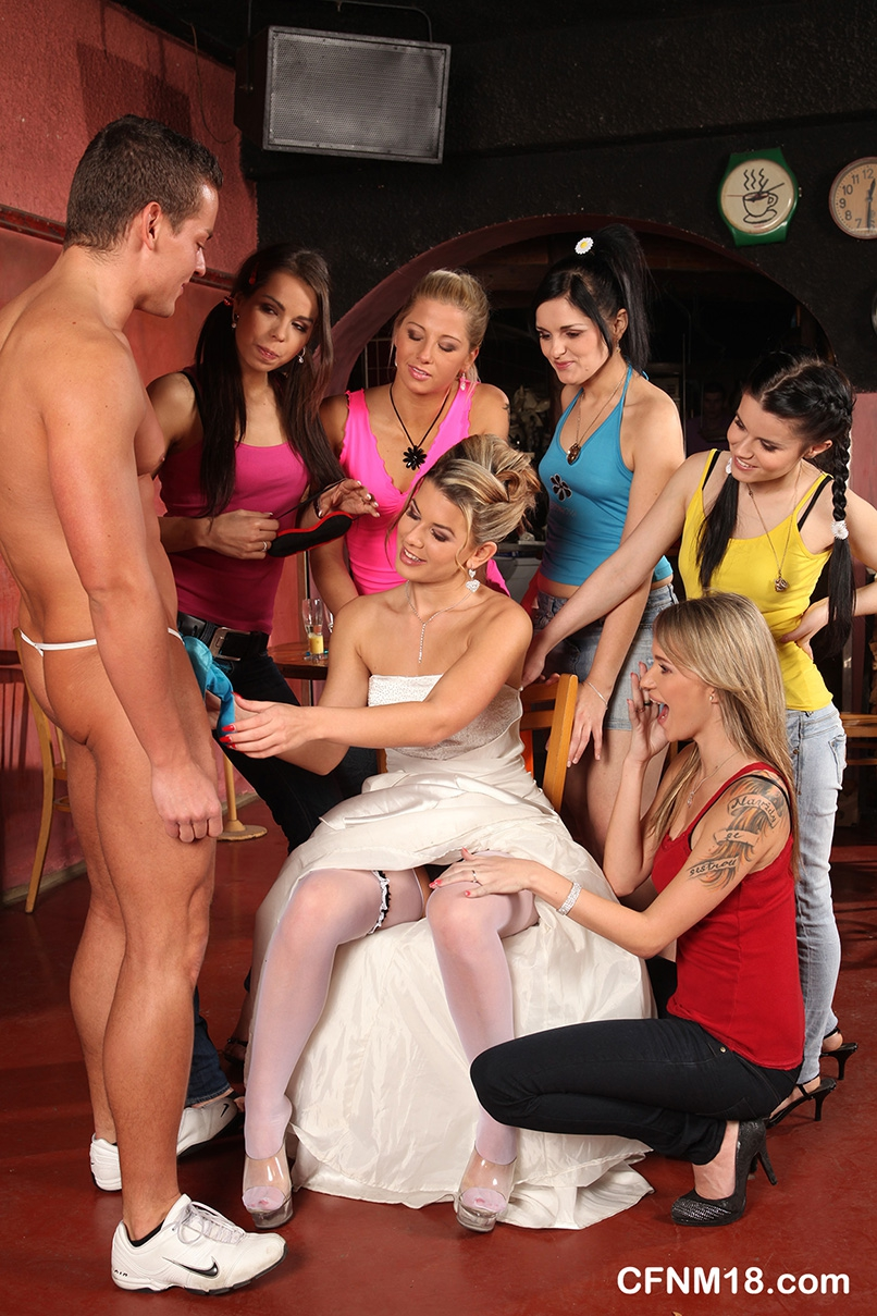 Сучки с девичника сосут у стриптизеров в клубе