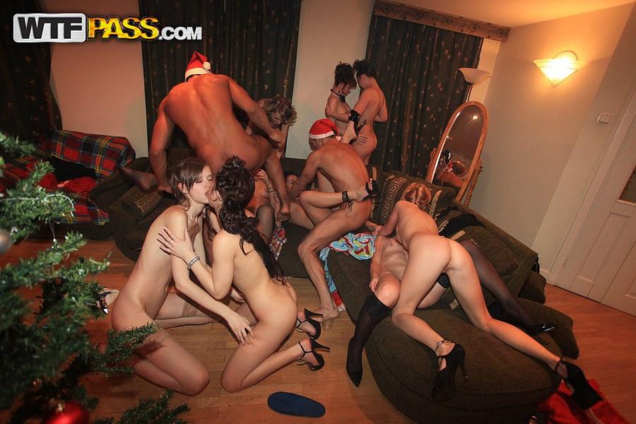 Свингеры трахаются по всему дому на новогодней пати