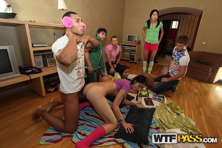 Молоденькие девушки ублажают свингеров на оргии