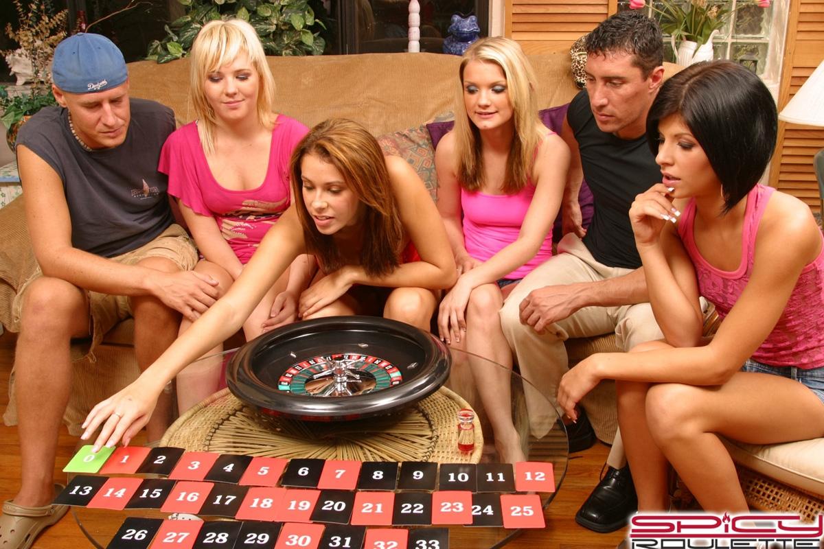 Свингеры веселятся с девушками после рулетки