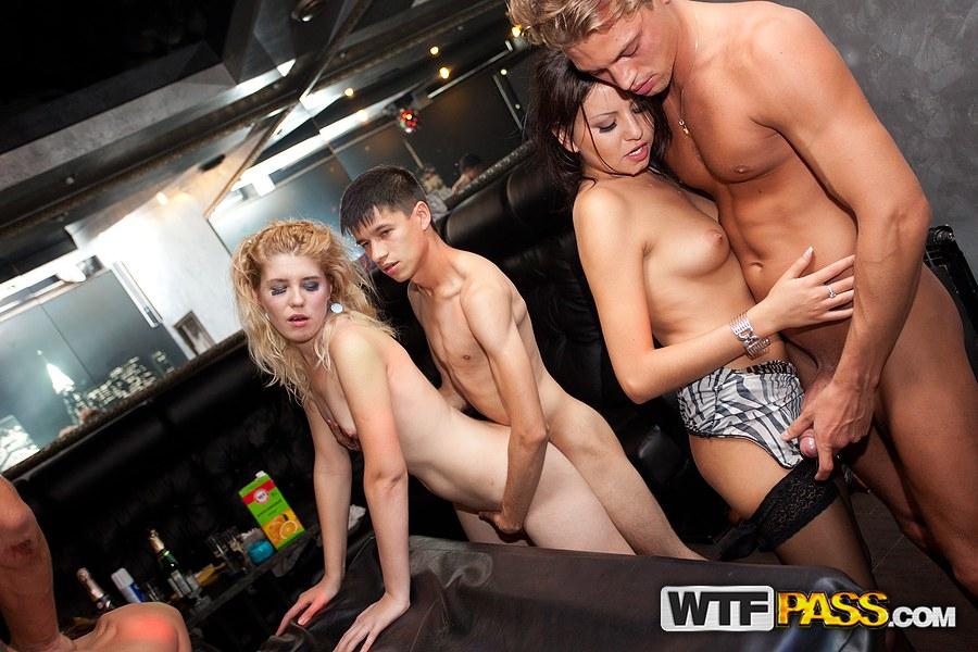 Слащавые девушки трахаются на свингерской вечеринке