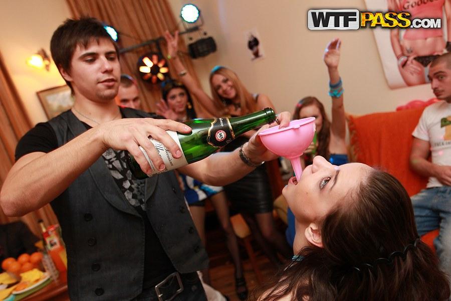 Толпа похотливый студенток трахается на вечеринке со свингерами