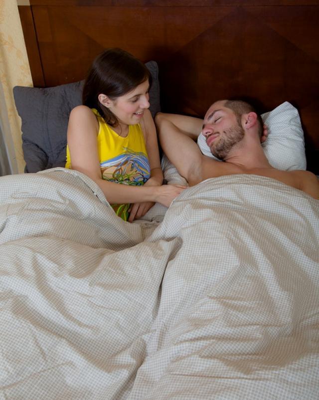 Горячий утренний секс молодой пары