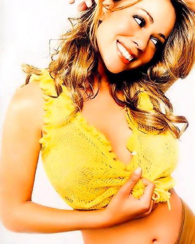 Красивая латинка Mariah Carey хвастает огромными титьками в откровенной одежде
