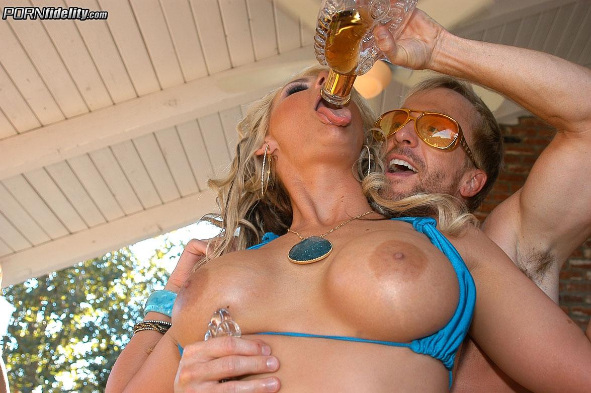 Порнозвезды трахаются на свингерской вечеринке