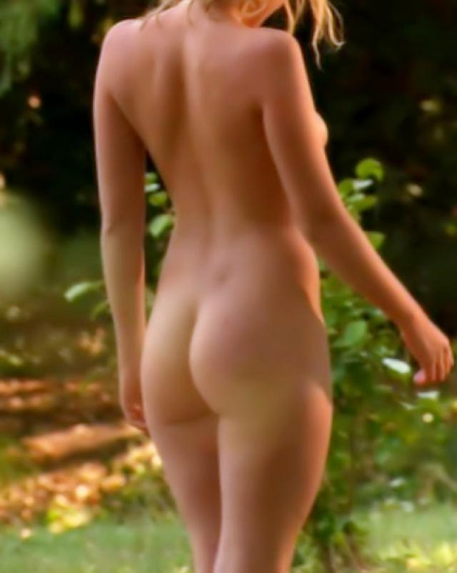 Молодая знаменитость гуляет по саду с неприкрытыми сиськами
