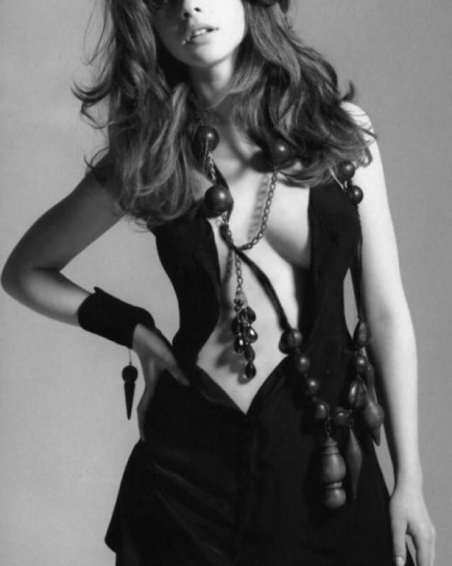 Озорная красавица Michelle Trachtenberg позирует в сексуальных нарядах