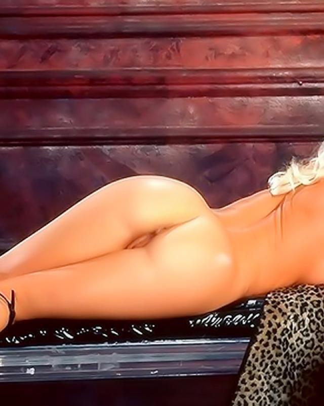 Знаменитая блондинка Памелла дрочит мужику между сисек