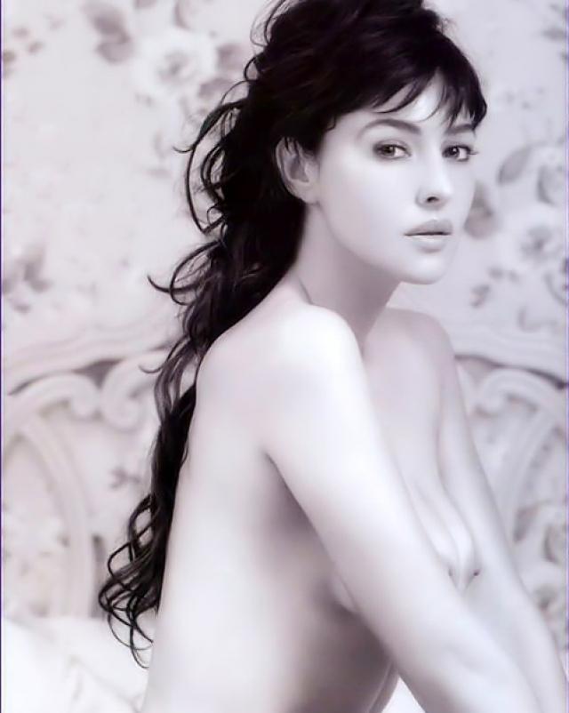 Знаменитая Моника Белучи льстит своими красивыми грудями