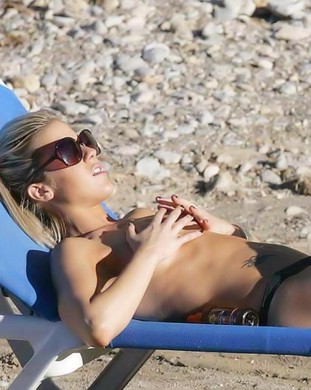 Кейт Лоулер отдыхает на пляже