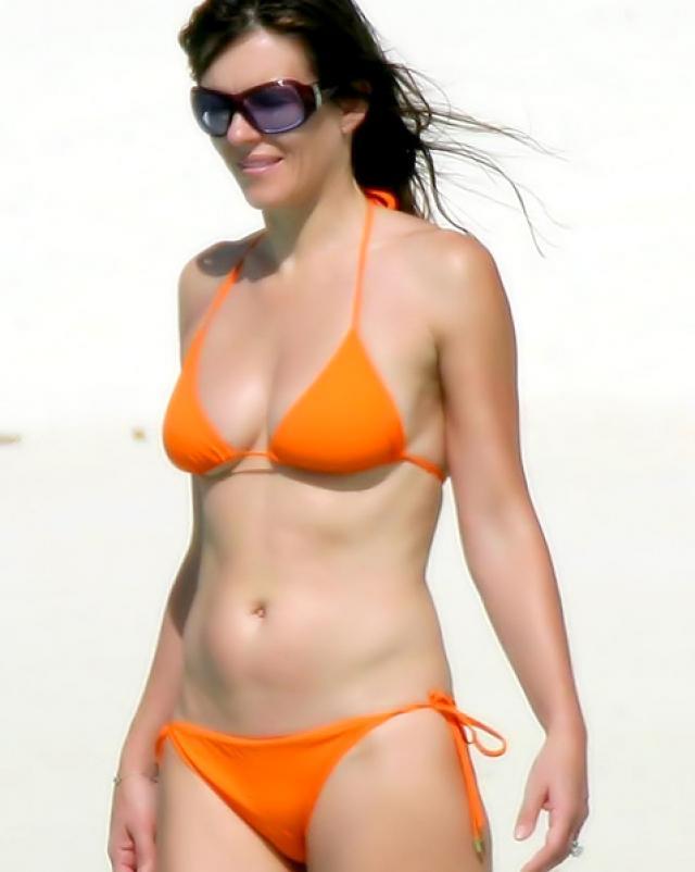 Голая Элизабет Херли отдыхает на пляже