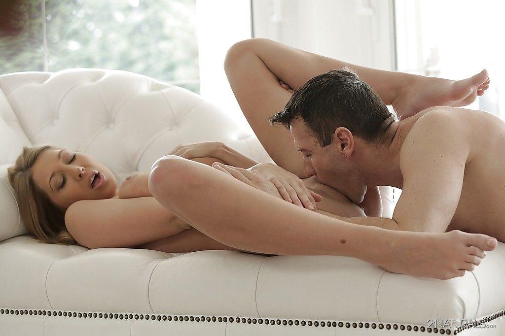 Красивая порнозвезда Lexi Lowe совокупляется со спермой на живот