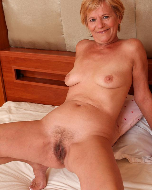 70-ти летняя бабулька показала пизду