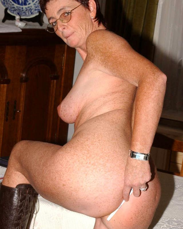 Рыжая бабушка полностью голая показывает свою дряхлую пизду