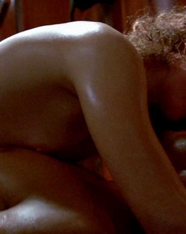 Nicole Kidman раздевается до сисек в спальне