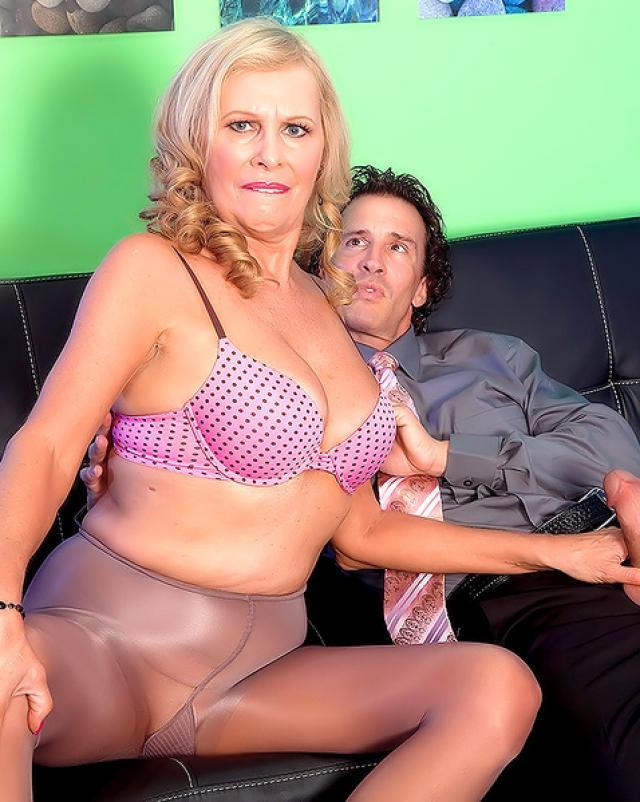 Порно фото горячей бабушки, которая обожает секс