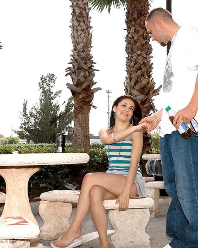 Стройная девушка умеет трахаться на длинном члене