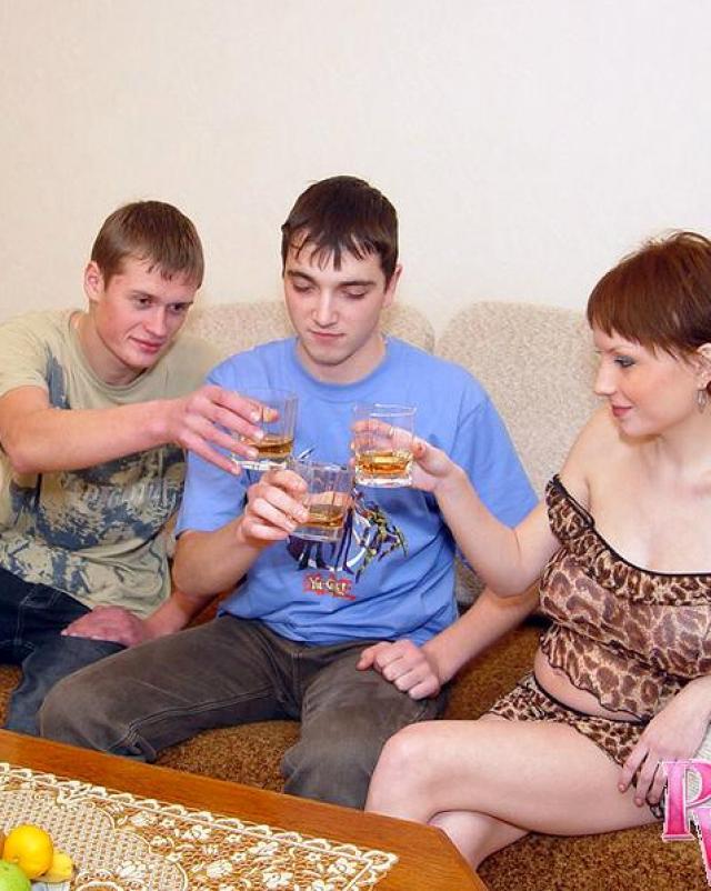 Беременная русская баба отсосала неопытным парням на диване