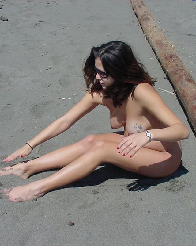 Беременная красавица развлекается на пляже